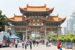 KUNMING, CHINE - 20 août 2014 : Arcade commémorative de cheval d'or sur J Photos libres de droits