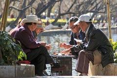 Kunming Chiny, Styczeń, - 8, 2016: Starzy ludzie karta do gry w parku Kunming w Chiny Obrazy Stock