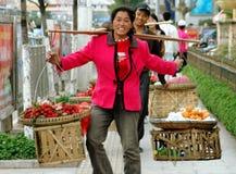 Kunming, Cina: Venditori ambulanti che vendono la frutta Immagine Stock