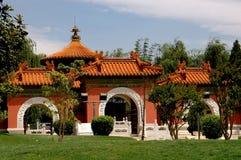 Kunming Kina: Parkerar den trädgårds- porten för Peking på Horti-expon Arkivbild
