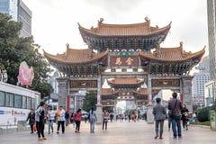 KUNMING 13. MÄRZ 2016 : Die Leute an Jade Rooster- und goldenes Pferdeerinnerungsbögen, Provinz Kunmings, Yunnan, China Stockfotos