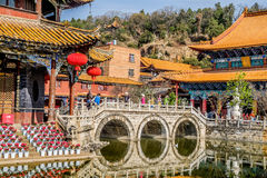 KUNMING 13. MÄRZ 2016 Reisende in buddhistischem Tempel Yuantong, buddhistischer Tempel Yuantong ist der berühmteste buddhistisch lizenzfreie stockfotografie