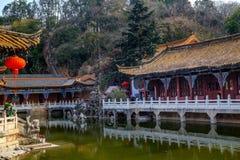 13 kunming-MAART, 2016 De reizigers in de Boeddhistische tempel van Yuantong, de Boeddhistische tempel van Yuantong is de beroemd Stock Foto