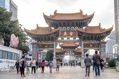 KUNMING-MARCH 13日2016年 :玉雄鸡和金马奖纪念曲拱的,昆明,云南,中国人民 库存照片