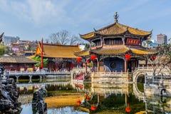 KUNMING-MARCH 13, 2016 Handelsresande i Yuantong den buddistiska templet, Yuantong den buddistiska templet är den mest berömda bu Royaltyfri Fotografi