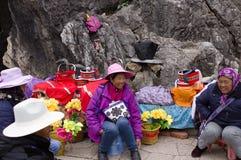 Kunming, Yunnan, China - 31 de dezembro de 2017: Um grupo de guia chinês do turista na floresta de pedra fotos de stock