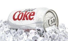 Kunna av Diet cocaen - cola på en säng av is över en vit bakgrund arkivbilder