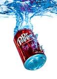 Kunna av läsken för Dr Pepper Cherry Vanilla i vatten royaltyfri fotografi