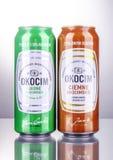 Kunna av Okocim öl som isoleras på lutningbakgrund royaltyfri foto