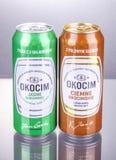 Kunna av Okocim ?l som isoleras p? lutningbakgrund arkivbilder