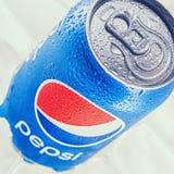 Kunna av Pepsi cola på en säng av is royaltyfria foton
