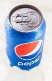 Kunna av Pepsi cola på en säng av is royaltyfri fotografi
