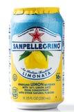 Kunna av Sanpellegrino Limonata-lemonad sodavatten på en vit bakgrund arkivbild