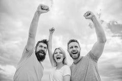 kunna ja Kvinnan och män ser säker lyckad himmelbakgrund Uppföranden av det sammanhållna laget fira framgång väg fotografering för bildbyråer