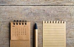 kunna Kalenderark på träbakgrund arkivbilder