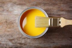 Kunna med gul målarfärg och brus royaltyfria foton