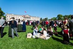 17 kunnen de picknick van Oslo Noorwegen op voorzijde van rtoyal paleis Stock Afbeeldingen