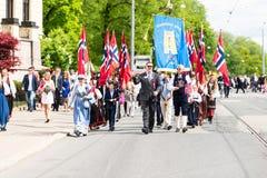 17 kunnen Oslo Noorwegen marcherend op parade Stock Foto's