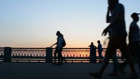 26 kunnen 2016, Rusland, Samara - stadsdijk De mensen lopen, berijden, fiets langs de rivier Donkere silhouetten bij zonsondergan stock video