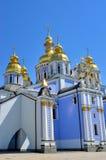 Kunskap av Christian Church på bakgrund för blå himmel Arkivfoton