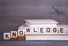 Kunskap från träbokstäver Abstrakt affärs- och framgångbakgrund Arkivfoto