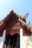 Kunst auf Front der Buddha-Bildhalle im alten thailändischen Nordtempel Stockfotos