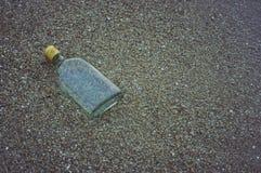 Kunst der Glasflasche auf Sandstrand Lizenzfreie Stockfotografie