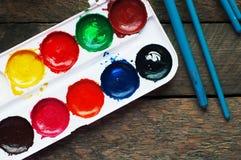 Kunst der Malerei Farbeimer auf hölzernem Hintergrund Unterschiedliche Farbe färbt Malerei auf hölzernem Hintergrund Malender Sat Lizenzfreies Stockbild