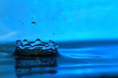 Kunst eines Tropfens des Trinkwassers Lizenzfreie Stockfotografie