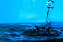 Kunst eines Tropfens des Trinkwassers Stockfotos