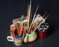 Kunst en creativiteit Creatieve toebehoren op de vloer Royalty-vrije Stock Foto