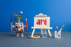 Kunst en robotachtig kunstmatige intelligentieconcept Robotkunstenaar, houten schildersezel en het met de hand geschreven woordku royalty-vrije stock afbeelding
