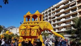 Kunst gemacht von den Zitronen und von den Orangen in der berühmten Zitrone Festival Fete du Citron in Menton, Frankreich stock video footage