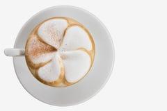 Kunst Latte getrennt auf Weiß lizenzfreie stockfotografie