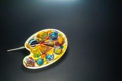 Kunst liefert Palette und Bürsten für das Malen Stockbild