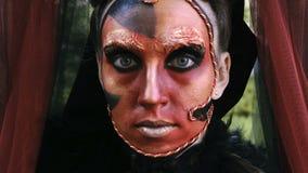 Kunst-Make-upporträt der Nahaufnahmeschönheit rotes des Halloween-Frau Hexenbarocks stock video footage
