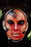 Kunst-Make-upporträt der Nahaufnahmeschönheit rotes des Halloween-Frau Hexenbarocks Stockbild
