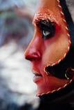 Kunst-Make-upporträt der Nahaufnahmeschönheit rotes des Halloween-Frau Hexenbarocks Lizenzfreies Stockbild