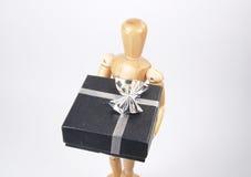 Kunst-Mannequin-Holding-Geschenk Stockbilder