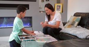 Kunst mit Mama zu Hause machen stock video