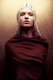 Kunst-Modeporträt des bezaubernden KöniginKriegers im goldenen Kap stockfotografie