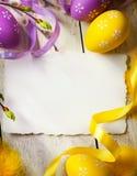 Kunst-Ostern-Grußkarte mit Ostereiern Stockfoto