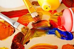 Kunst-Palette, Lack und Pinsel Lizenzfreies Stockfoto