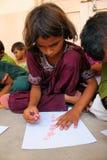 Kunst-Therapie für Flüchtlings-Kinder stockbild
