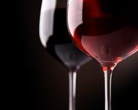 Kunst twee wijnglazen op zwarte achtergrond Stock Foto's