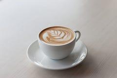 Kunst und Handwerk der Kaffee Latte-Tulpenart Selektiver Fokus lizenzfreie stockbilder