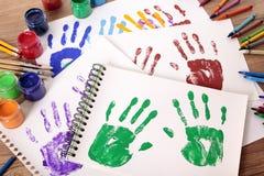 Kunst und Handwerk klassifiziert, Handabdrücke Malzeug, Schulbank Stockfoto
