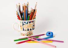 Kunst und Kreativität Bunte Bleistifte in der Schale Stockbilder
