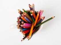 Kunst und Kreativität Bunte Bleistifte in der Schale Stockfoto