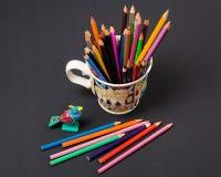 Kunst und Kreativität Bunte Bleistifte in der Schale Stockfotos